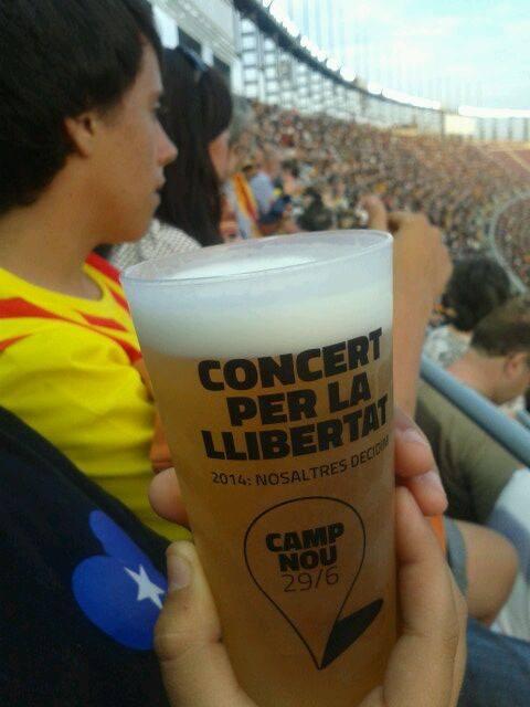 """""""2014: Nosaltres decidim"""". El lema que acompanya fins i tot les cerveses del Concert per a la Llibertat (foto: Xavi González)"""