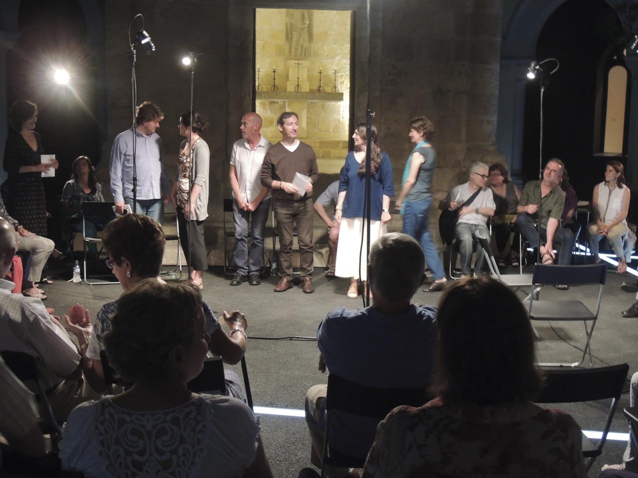 Els sis poetes, d'esquerra a dreta: Grégoire Polet, Aina Riera, Karel Logist, Josep Ballester, Tònia Passola i Caroline Coppé.