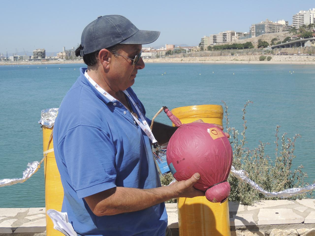 Benlloch ens mostra una bola de pólvora, que permet que els coets s'enlairin fins a alçades de prop de 300 metres.