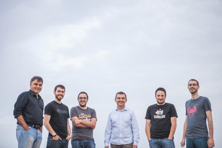 L'equip de la revista FET a TARRAGONA. D'esquerra a dreta: Albert Ollés (coordinador), David Oliete (fotografia), Josep Ardila (redactor), Ricard Lahoz (director), Quim Pons i Jordi Suriñach (redactors) (Foto: Agustí Arévalo, de Pixel Moreno)