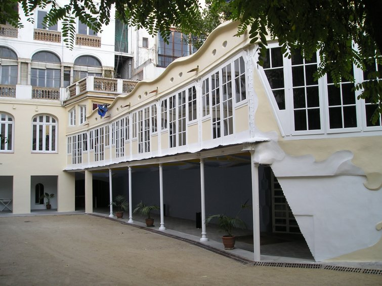 Des del jardí es contempla la riquesa arquitectònica del teatre Metropol, obra de Josep M. Jujol (foto: cedida)