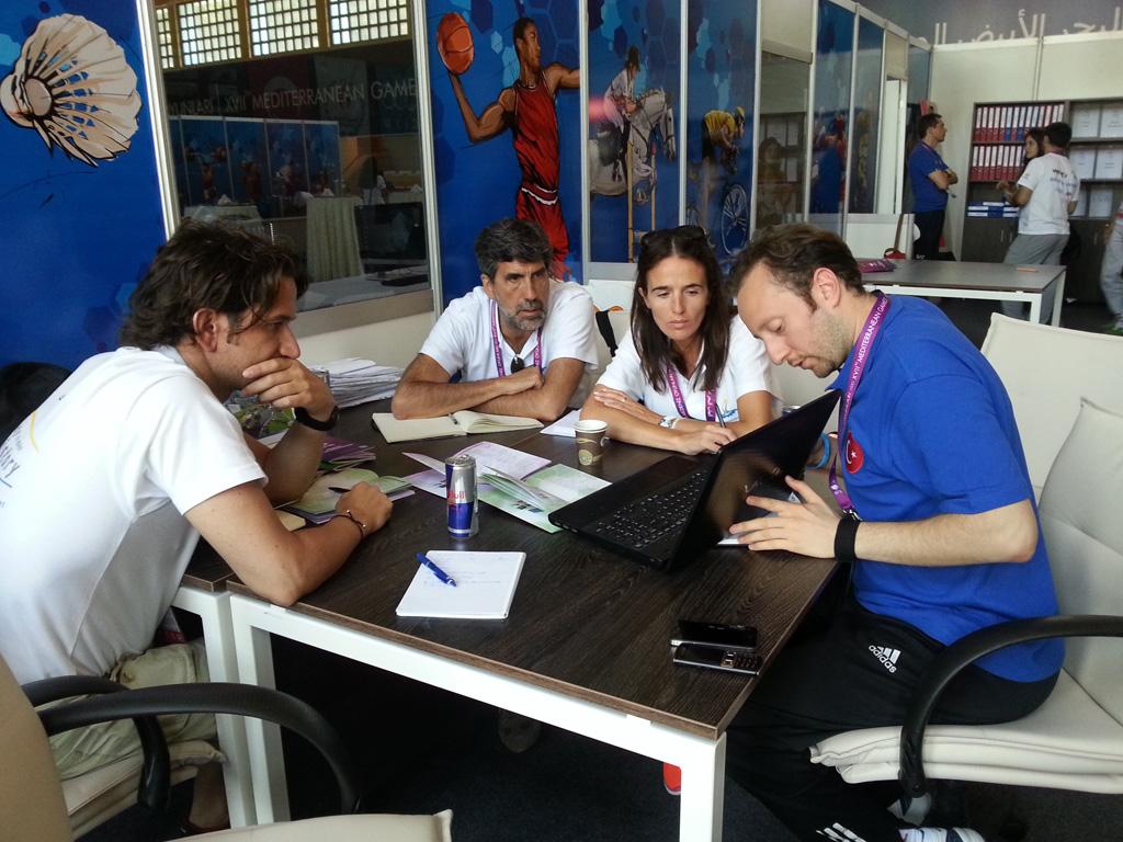 Ramon Cuadrat, a l'esquerra, s'interessa pel tema de les acreditacions als Jocs de Mersins (foto: Tarragona 2017)