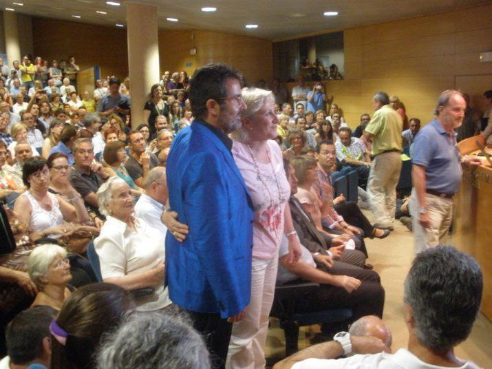 L'economista Xavier Sala i Martín i la presidenta d'Òmnium, Rosa Mª Codines, abans de l'inici de la conferència