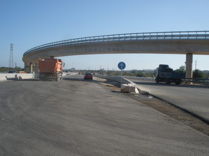 Al pont que enllaça l'A-27 amb el polígon Riuclar encara s'hi treballa