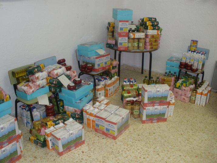 Aliments classificats i preparats en lots per donar a 28 famílies de Camp Clar en situació d'extrema pobresa