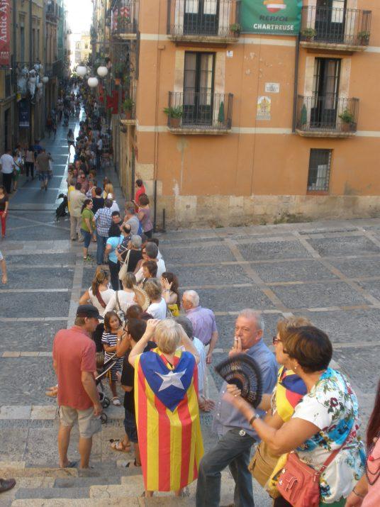 Inici de la cadena humana a les escales de la Catedral i plaça de les Cols