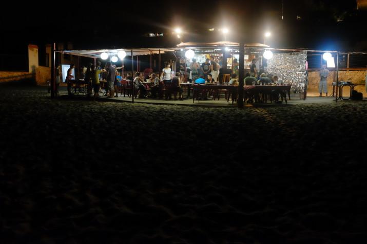 Imatge del xiringuito de la Savinosa i de la festa del cinquè aniversari de l'estudi Mènsula (foto: Albert Cilveti)
