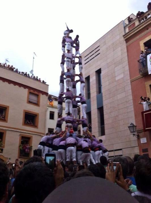Cinc de nou de la Jove de Tarragona a El Catllar. Dalt, a la dreta, es veu el balcó on hi ha els periodistes fent la retransmissió de la diada (foto: Colla Jove)