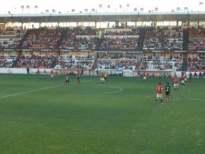 Imatge de la tribuna del Nou Estadi. El primer partit de Lliga el van veure 3500 espectadors