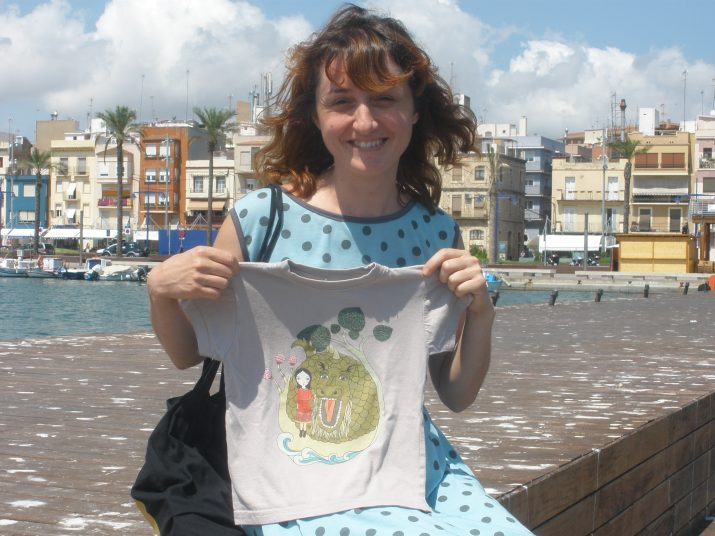 Renata Srpcanska al Serrallo, amb una de les dues samarretes del bestiari que ha dissenyat enguany