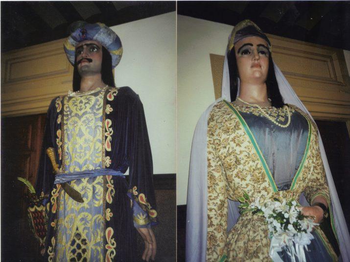 Dues fotografies dels gegants Moros originals en un dels passadissos de l'Ajuntament de Tarragona.