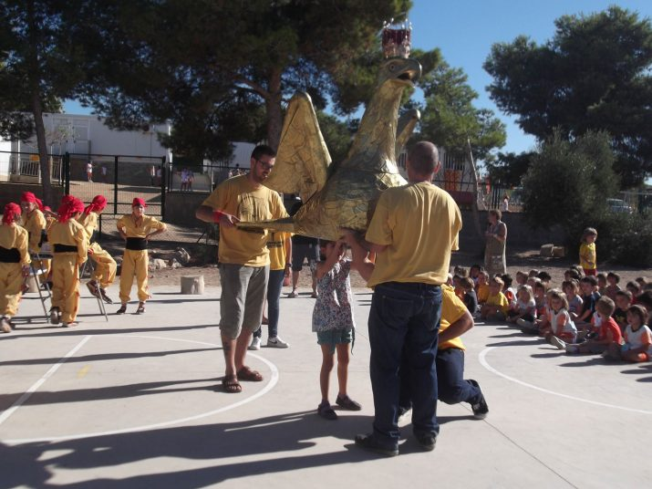 Els nens del col·legi poden agafar l'aligueta amb l'acompanyament dels portants. Foto: Escola Arrabassada