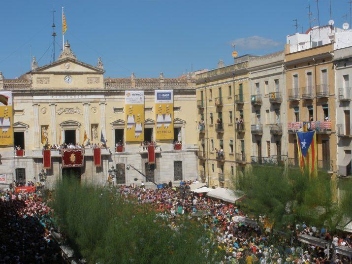 Imatge general de la plaça de la Font, amb unes 10.000 persones, al final de la primera ronda de la diada castellera de Santa Tecla