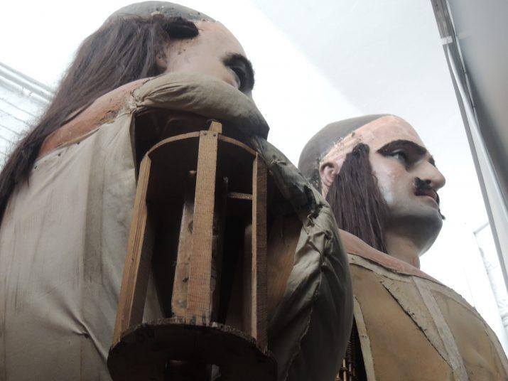 Els gegants Moros de Verderol, amagats darrere d'una cortina a la Casa de la Festa.