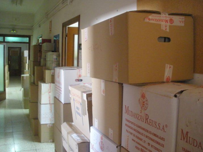 Desenes de caixes de cartró s'amunteguen pels passadissos de l'EOI a la Rambla, a l'espera de ser traslladades a la nova seu