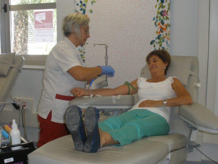 Pilar Alió, donant des de fa més de vint anys, al Banc de Sang de l'hospital Joan XXIII amb la infermera Rosa Milà