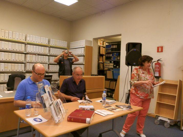 Josep Bargalló a la taula acompanyat de Xavier Brotons mentre la directa de la Biblioteca Pública presenta el cicle de xerrades (foto: R.M. Ibarz)