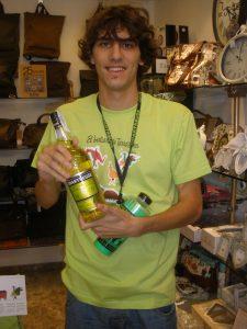 El guanyador del concurs del FET, amb la samarreta del Bestiari dissenyada per Anduluplandu, una ampolla de Chartreuse groc i el barrilet de les festes