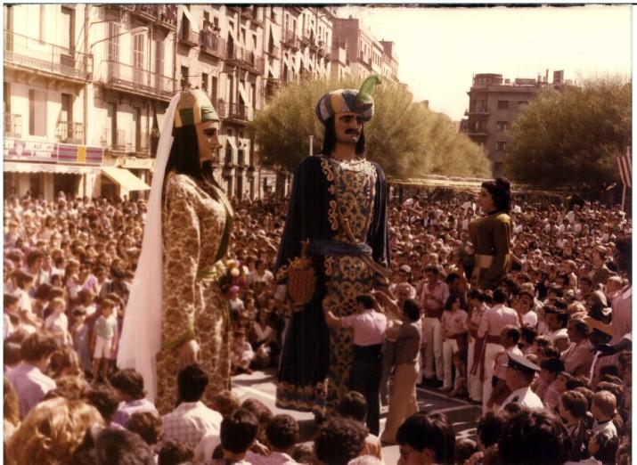 Gegants a la plaça de la Font el 1980 (foto: Chinchilla, cedida pel Centre d'Imatges de Tarragona. L'Arxiu)