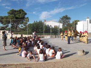 Els membres de la comparsa explicant les característiques de l'Aligueta a la canalla.  Foto: Escola l'Arrabassada