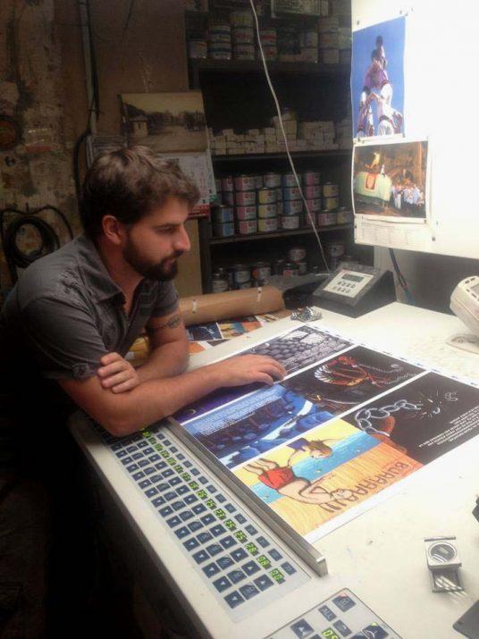 L'il·lustrador Dídac Francisco, fent una darrera revisió a les pàgines del conte.