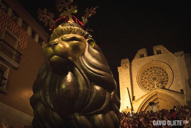 El Lleó ballant a la plaça de leS Cols (AUTOR: David Oliete).