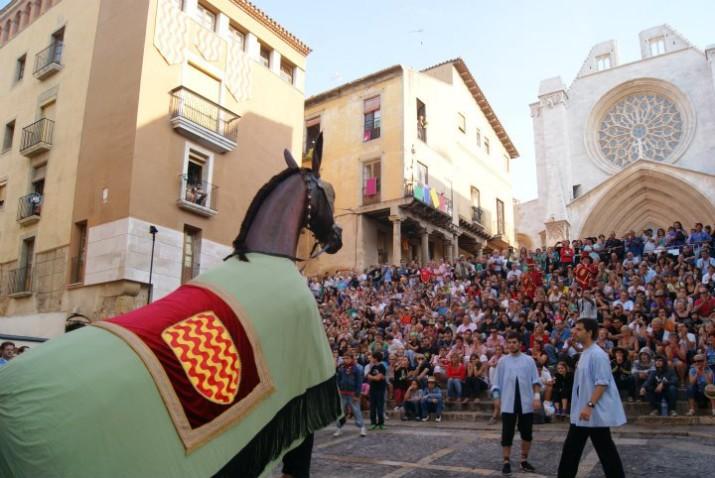 La Mulassa saluda al públic present a la plaça de les Cols (FOTO: Marc Torija).