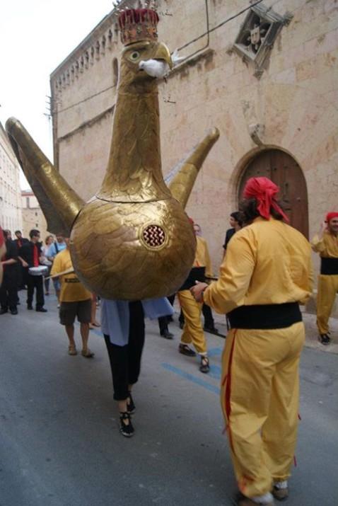 Un mulasser carregant l'Àliga al carrer de Sant Pau (FOTO: Marc Torija).