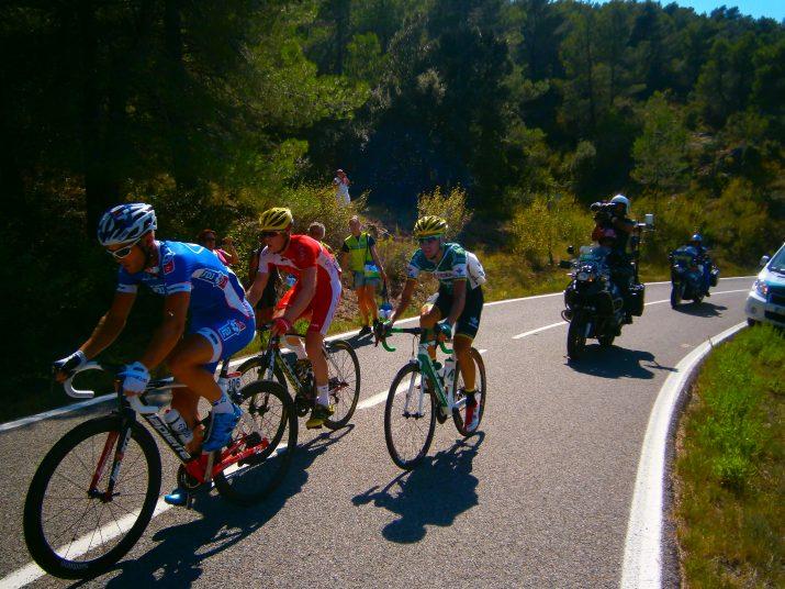 L'escapada de tres corredors, des d'un dels vehicles de l'organització de la Vuelta