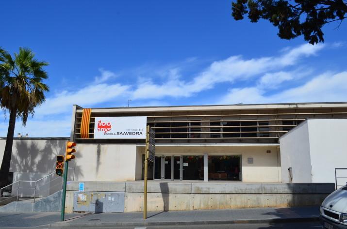 Imatge actual de l'entrada principal a l'escola Saavedra, que recorda amb una pancarta el seu centenari