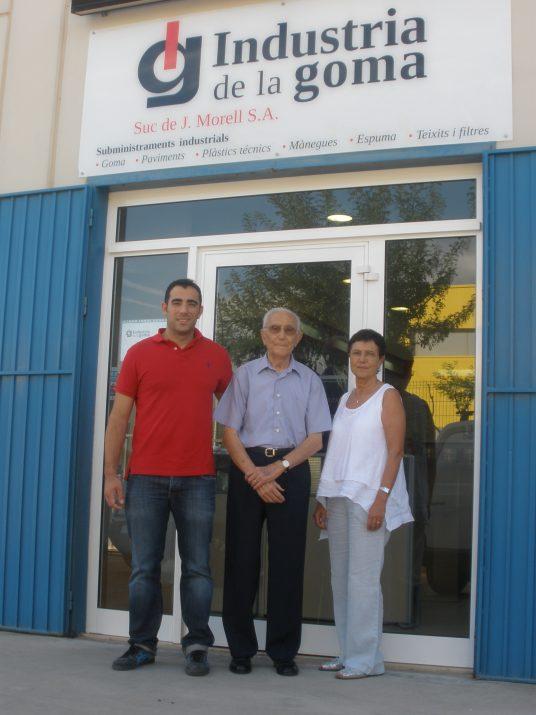 Les tres generacions: Jordi Massaguer, Sebastià Comes i Josepa Comes. Cada dia comparteixen la feina a la nau de l'empresa