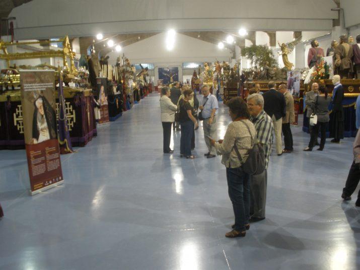 Imatge general del renovat Refugi 1 del Moll de Costa amb els passos de les confraries de la Setmana Santa tarragonina