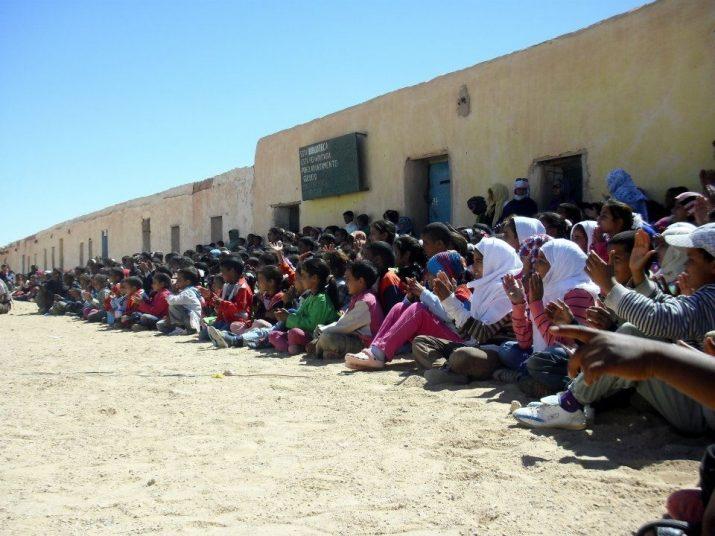 Desenvolupament d'activitats pedagògiques davant d'una de les biblioteques escolars sahrauís.