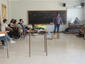 Marc Chornet realitzant una breu lliçó magistral sobre teatre als alumnes de 4t d'ESO del Sagrat Cor.
