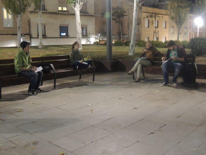 Quatre dels onze alumnes que van participar en la segona classe del taller d'escriptura itinerant que organitza l'Escola de Lletres.