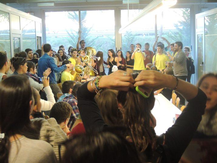 La Xaranga Tocabemolls i  una comitiva d'estudiants envaint la biblioteca del Campus Catalunya de la URV.