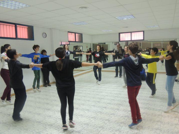 Els integrants de la colla infantil assagen al local de Tarragona Dansa sota l'atenta mirada dels monitors David Allué i Maria Gils.
