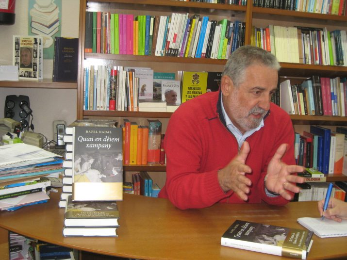 """El periodista i escriptor, Rafael Nadal, a la Llibreria La Capona, explica al FET a TARRAGONA l'argument de la seva última novel·la """"Quan en dèixem xampany"""" (foto: La Capona)"""