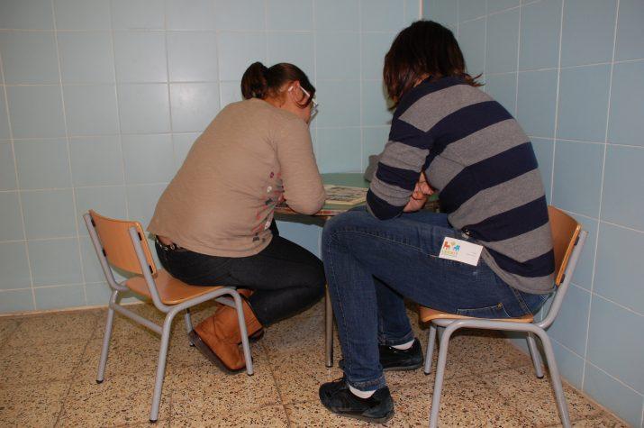 """Maria Monfort, a l'esquerra, alumna del col·legi Pau Delclós, llegeix en veu alta amb la seva """"parella"""" Alba Llauradó, dins de l'activitat LECXIT"""