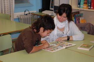 La Judit i el Nisani llegint un còmic