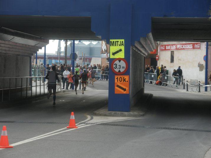 Els corredors arriben al Serrallo: a l'esquerra, els participants a la Mitja Marató, i a la dreta, els participants a la cursa de 10 quilòmetres
