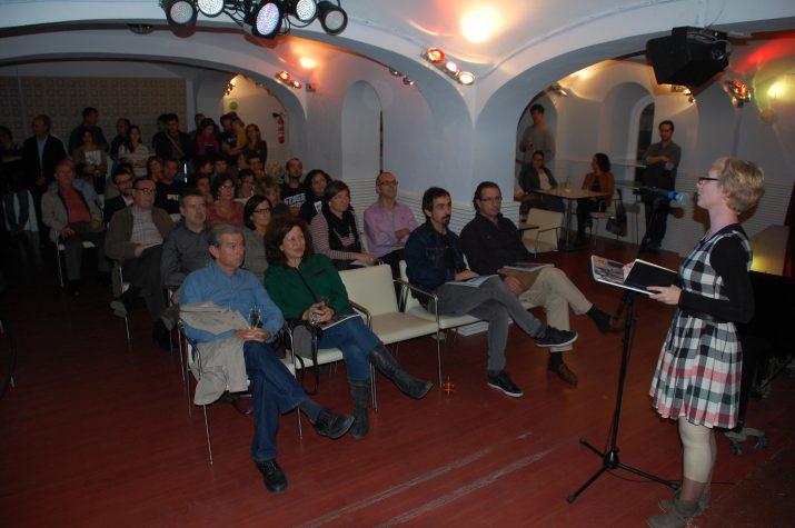 El assistents a l'acte de presentació al Cafè Metropol, prop d'un centenar, escolten les explicacions de la periodista del FET, Anna Plaza. (Foto: Josep Ardila)