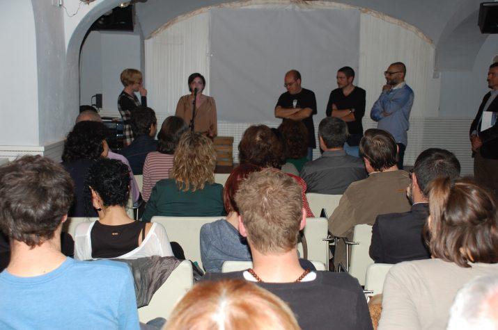 Els alumnes de l'IES Pere Martell expliquen el contingut dels curtmetratges a l'acte de presentació del número 2 de la revista del FET. (Foto: Josep Ardila)