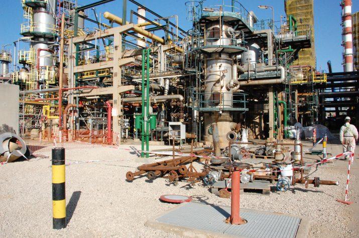 Aspecte d'una de les plantes afectades per la parada del Complex Industrial Repsol a Tarragona, amb acumulació de materials per revisar o substituir