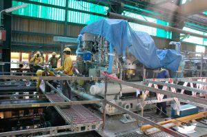 Operaris al costat d'una de les noves turbines que s'han canviat per primera vegada a la planta d'Olefines