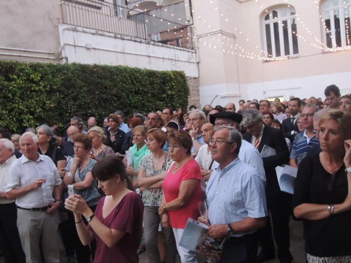 El públic assisten a l'acte de presentació de la revista, als jardins del cafè.