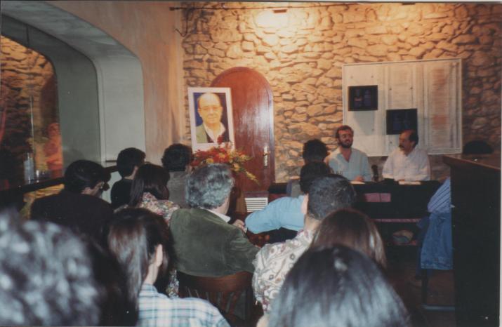 Conferència sobre Vicent Andrés Estellés a càrrec de Magí Sunyer, l'any 1993 (foto: Galeria Cafè Poetes - MHT)