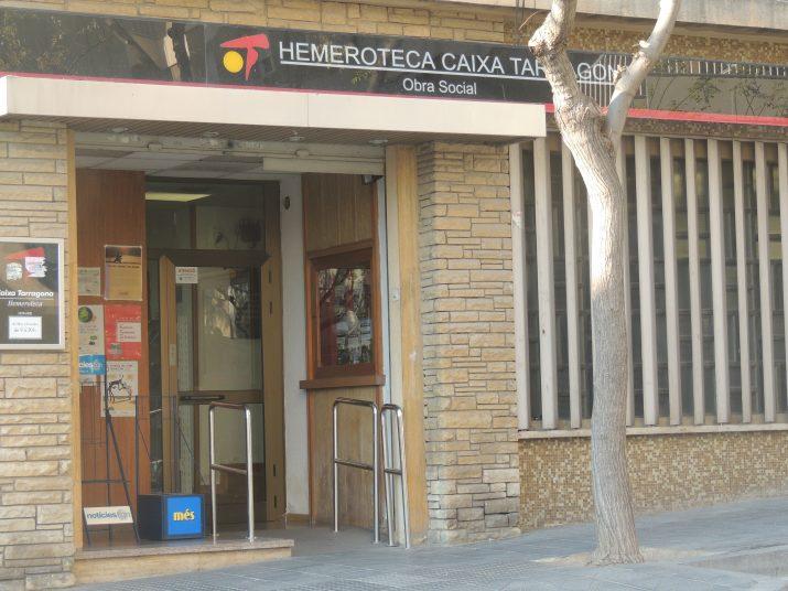 Accés a l'hemeroteca de Caixa Tarragona, amb el símbol de l'antiga entitat d'estalvis (foto: Enric Garcia)
