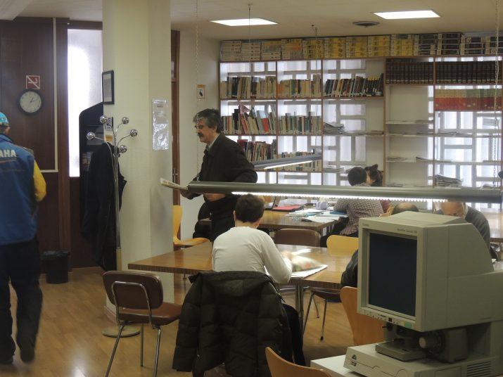 Imatge de la sala de consultes de l'hemeroteca, presa el passat dimarts 17 de desembre, un dia després d'haver-se conegut la notícia del no tancament de l'espai.