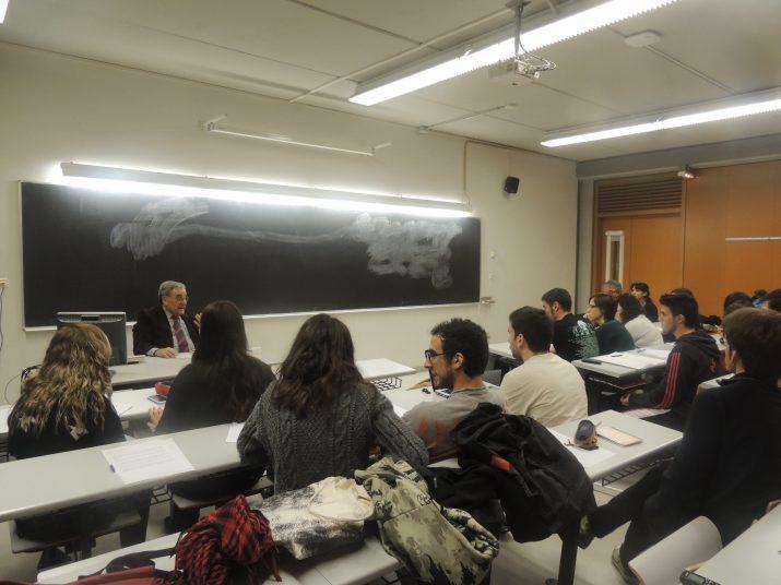 Lluís Foix va impartir la conferència a l'aula 506 del Campus Catalunya de la Universitat Rovira i Virgili, davant d'una trentena de persones.